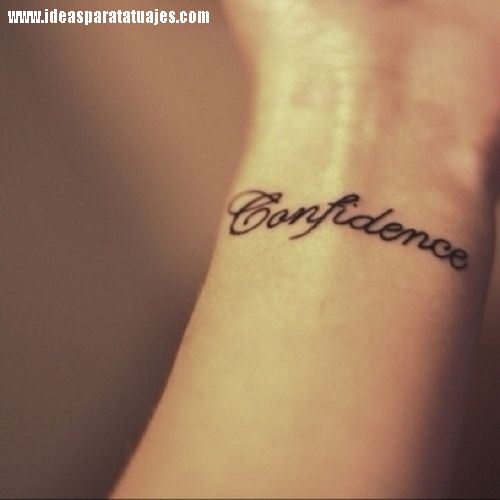 tatuajes de frases y palabra en la muñeca de una mujer 2 Tatuajes pequeños con letras y símbolos