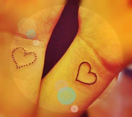 tatuajes para mujeres en la muñeca de corazon en puntos 1 Tatuajes de corazones pequeños y originales