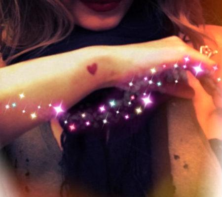 tatuajes para mujeres en la muñeca de corazon rojo Tatuajes de corazones pequeños y originales