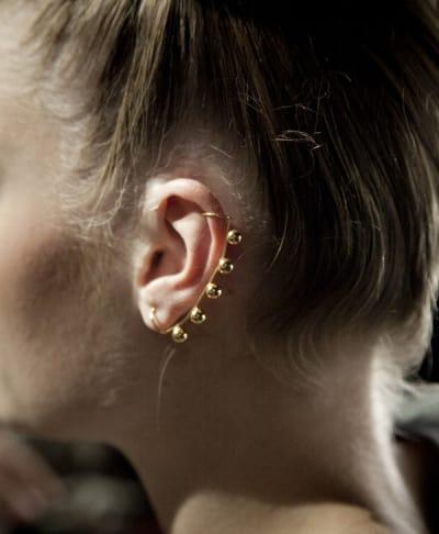 bd26d3db3f55 ... Un mismo aro que abarco toda la oreja en color dorado con pelotitas ...