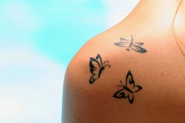 Los Mejores Tatuajes Pequenos Mujeres Mariposas Hombros 600400